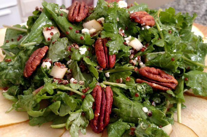 Salad with pears and pecans